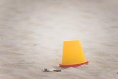 Κίτρινος κάδος σε μια παραλία Στοκ Εικόνες