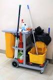 Κίτρινος κάδος σφουγγαριστρών και σύνολο καθαρίζοντας εξοπλισμού στον αερολιμένα Στοκ εικόνα με δικαίωμα ελεύθερης χρήσης