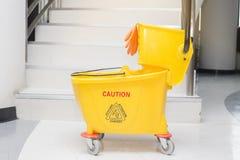Κίτρινος κάδος σφουγγαριστρών και σύνολο καθαρίζοντας εξοπλισμού Στοκ εικόνα με δικαίωμα ελεύθερης χρήσης