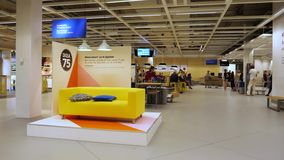 Κίτρινος καναπές της IKEA μέσα στο σύγχρονο κατάστημα αποθηκών εμπορευμάτων στο Ντελφτ απόθεμα βίντεο