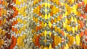 Κίτρινος καφετής τάπητας, σύσταση υποβάθρου νημάτων, ύφασμα, ύφανση, διακόσμηση σχεδίων Στοκ Εικόνες