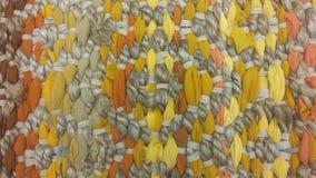 Κίτρινος καφετής τάπητας, σύσταση υποβάθρου νημάτων, ύφασμα, ύφανση, διακόσμηση σχεδίων Στοκ εικόνες με δικαίωμα ελεύθερης χρήσης