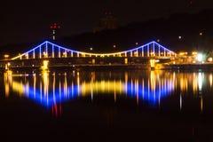 Κίτρινος-μπλε πόλεις Βεραμάν γέφυρα πέρα από τον ποταμό Στοκ εικόνα με δικαίωμα ελεύθερης χρήσης