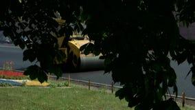 Κίτρινος οδικός κύλινδρος στην κίνηση απόθεμα βίντεο
