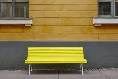 Κίτρινος πάγκος πέρα από έναν πορτοκαλή τοίχο Κέντρο πόλεων του Ελσίνκι Στοκ φωτογραφία με δικαίωμα ελεύθερης χρήσης