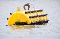 Κίτρινος σημαντήρας πρόσδεσης εν πλω με το φως ναυσιπλοΐας Στοκ εικόνες με δικαίωμα ελεύθερης χρήσης
