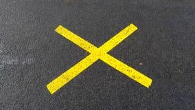 Κίτρινος σταυρός στην άσφαλτο φιλμ μικρού μήκους
