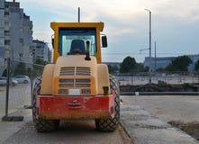 Κίτρινος συμπιεστής ασφάλτου συνδυασμού επί του τόπου της οδοποιίας στην πόλη στοκ φωτογραφία με δικαίωμα ελεύθερης χρήσης