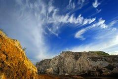 Κίτρινος σχηματισμός βράχου και σύννεφων Στοκ εικόνα με δικαίωμα ελεύθερης χρήσης