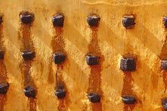 Κίτρινος τοίχος ενός αρχαίου ινδού ναού με τις ελαιολυχνίες Στοκ φωτογραφία με δικαίωμα ελεύθερης χρήσης