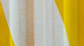 Κίτρινος τοίχος μετάλλων με το ραγισμένο άσπρο χρώμα Στοκ Φωτογραφία