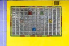 Κίτρινος τοίχος με τα πλέγματα γυαλιού Στοκ φωτογραφία με δικαίωμα ελεύθερης χρήσης
