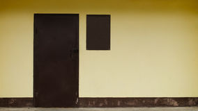 Κίτρινος τοίχος με το μινιμαλισμό πορτών Στοκ εικόνα με δικαίωμα ελεύθερης χρήσης