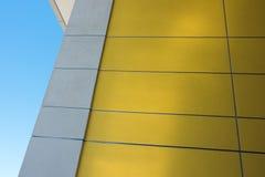 Κίτρινος τοίχος που απεικονίζει το φως Στοκ φωτογραφία με δικαίωμα ελεύθερης χρήσης
