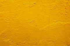 Κίτρινος τοίχος σκυροδέματος ή τσιμέντου με το εκλεκτής ποιότητας σχέδιο ύφους Στοκ Φωτογραφίες