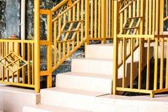 Κίτρινος φράκτης ασφαλείας στην αρχική σελίδα στοκ φωτογραφία με δικαίωμα ελεύθερης χρήσης