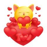 Κίτρινος χαρακτήρας emoji κινούμενων σχεδίων γατών που κρατά την κόκκινη καρδιά Στοκ εικόνα με δικαίωμα ελεύθερης χρήσης