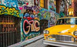 Κίτρινος χώρος στάθμευσης ταξί στην πάροδο Hosier ο διάσημος στρεπτόκοκκος τέχνης γκράφιτι Στοκ Φωτογραφία