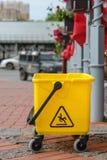 Κίτρινος plustic κάδος στην οδό Στοκ Εικόνες
