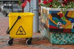 Κίτρινος plustic κάδος στην οδό Στοκ Φωτογραφία