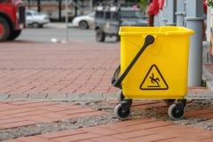 Κίτρινος plustic κάδος στην οδό Στοκ φωτογραφίες με δικαίωμα ελεύθερης χρήσης