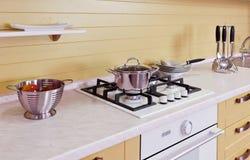 Κίτρινο άσπρο σύγχρονο εσωτερικό κουζινών Στοκ φωτογραφία με δικαίωμα ελεύθερης χρήσης