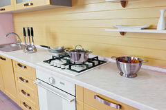 Κίτρινο άσπρο σύγχρονο εσωτερικό κουζινών Στοκ φωτογραφίες με δικαίωμα ελεύθερης χρήσης