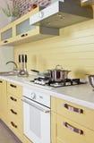Κίτρινο άσπρο σύγχρονο εσωτερικό κουζινών Στοκ Εικόνα
