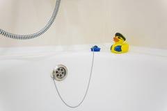Κίτρινο λάστιχο duckie στην άκρη της μπανιέρας Στοκ εικόνα με δικαίωμα ελεύθερης χρήσης