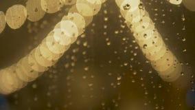 Κίτρινο έντονο φως με τις πτώσεις βροχής απόθεμα βίντεο
