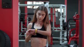 Κίτρινο έξυπνο ρολόι που παρουσιάζει ποσοστό καρδιών τη νέα γυναίκα στη γυμναστική φιλμ μικρού μήκους