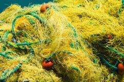 Κίτρινο δίχτυ του ψαρέματος με τα επιπλέοντα σώματα και τα σχοινιά Στοκ Εικόνες
