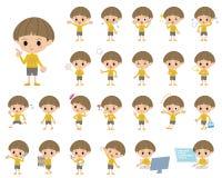 Κίτρινο αγόρι Bobbed ενδυμάτων Στοκ Φωτογραφία