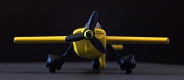 Κίτρινο αεροπλάνο παιχνιδιών Αεροπλάνο παιχνιδιών στο μαύρο υπόβαθρο Στοκ εικόνα με δικαίωμα ελεύθερης χρήσης