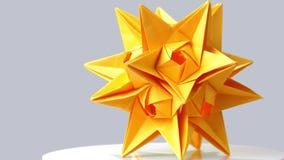 Κίτρινο αστέρι origami στο γκρίζο υπόβαθρο φιλμ μικρού μήκους