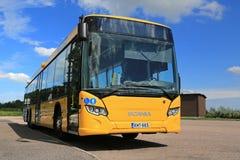 Κίτρινο αστικού επιπέδού λεωφορείο Scania στη στάση λεωφορείου στοκ φωτογραφίες