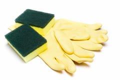 Κίτρινο λαστιχένιο γάντι και καθαρίζοντας σφουγγάρι για τον καθαρισμό Στοκ φωτογραφία με δικαίωμα ελεύθερης χρήσης