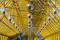 Κίτρινο αφηρημένο ανώτατο όριο σύγχρονη αρχιτεκτονική με ρυθμικές, διαγώνιες μορφές στοκ εικόνα
