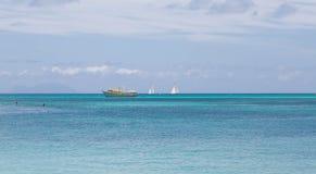 Κίτρινο αλιευτικό σκάφος και δύο Sailboats Στοκ εικόνα με δικαίωμα ελεύθερης χρήσης