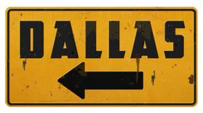Κίτρινο βέλος μετάλλων Grunge σημαδιών οδών του Ντάλλας στοκ εικόνα με δικαίωμα ελεύθερης χρήσης