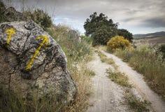Κίτρινο βέλος που χρωματίζεται σε μια πέτρα στον τρόπο στο Σαντιάγο στην επαρχία Στοκ φωτογραφία με δικαίωμα ελεύθερης χρήσης