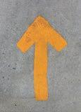Κίτρινο βέλος στην οδό πατωμάτων Στοκ Εικόνες