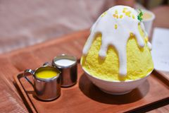 Κίτρινο γλυκό κολλώδες kakigori bingsu ρυζιού και μάγκο σπιτικό στοκ φωτογραφίες με δικαίωμα ελεύθερης χρήσης