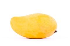 Κίτρινο γλυκό ώριμο μάγκο στα άσπρα τρόφιμα φρούτων υποβάθρου υγιή που απομονώνονται Στοκ εικόνες με δικαίωμα ελεύθερης χρήσης