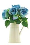 Κίτρινο εκλεκτής ποιότητας βάζο κανατών σμάλτων κεραμικό με τα γαλαζοπράσινα τριαντάφυλλα Στοκ Εικόνες