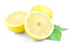 Κίτρινο λεμόνι και δύο μισά που απομονώνονται σε ένα άσπρο υπόβαθρο με το πράσινο φύλλο Στοκ Φωτογραφία