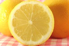 Κίτρινο λεμόνι περικοπών Στοκ Εικόνες