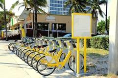 Κίτρινο ενοίκιο ποδηλάτων στοκ φωτογραφία