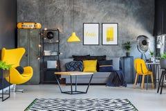 Κίτρινο εσωτερικό ντεκόρ για τον έφηβο στοκ φωτογραφίες