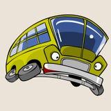 Κίτρινο λεωφορείο χαρακτήρα κινουμένων σχεδίων που εκφοβίζεται πέταγμα σε ένα άλμα Στοκ εικόνες με δικαίωμα ελεύθερης χρήσης